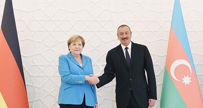 Almanya Başbakanı Angela Merkel, resmi temaslarda bulunmak üzere geldiği Bakü'de , Azerbaycan Cumhurbaşkanı İlham Aliyev ile görüştü.