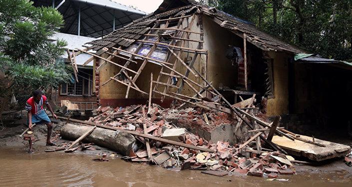 Kerala'da selin yıktığı bir ev