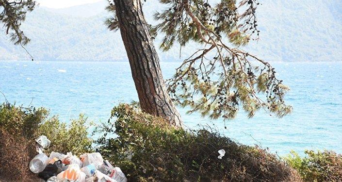 Kurban Bayramı tatilini Muğla'daki Akyaka Mahallesi'nde ormanlık alanda çadır ve karavanlarında geçirenlerin bıraktığı çöpler, tepkiye neden oldu.