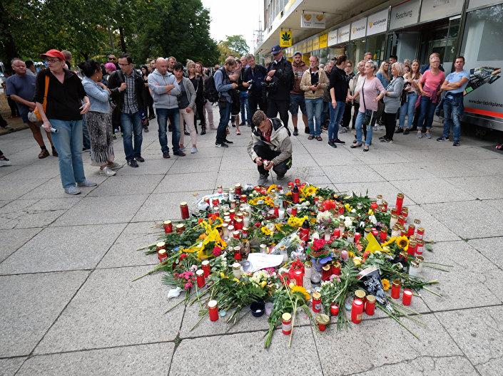 Almanya'da öldürülen kişi için mum yakıldı ve çiçekler bırakıldı