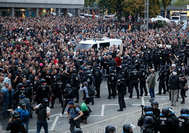 Almanya'nın doğusunda tansiyon yüksek: Aşırı sağcı ve sol gruplar karşı karşıya