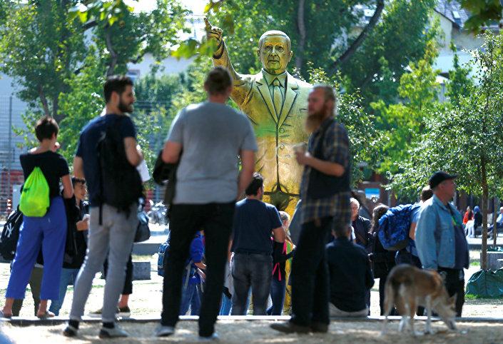 Wiesbaden'daki 4 metrelik altın heykel etrafında toplanan Erdoğan yandaşları ve karşıtları arasında zaman zaman tartışma çıktığı söylendi.