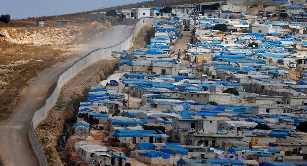 Suriye'nin İdlib vilayetinin Atameh kasabasını Türkiye sınırından bir duvar ayırıyor.