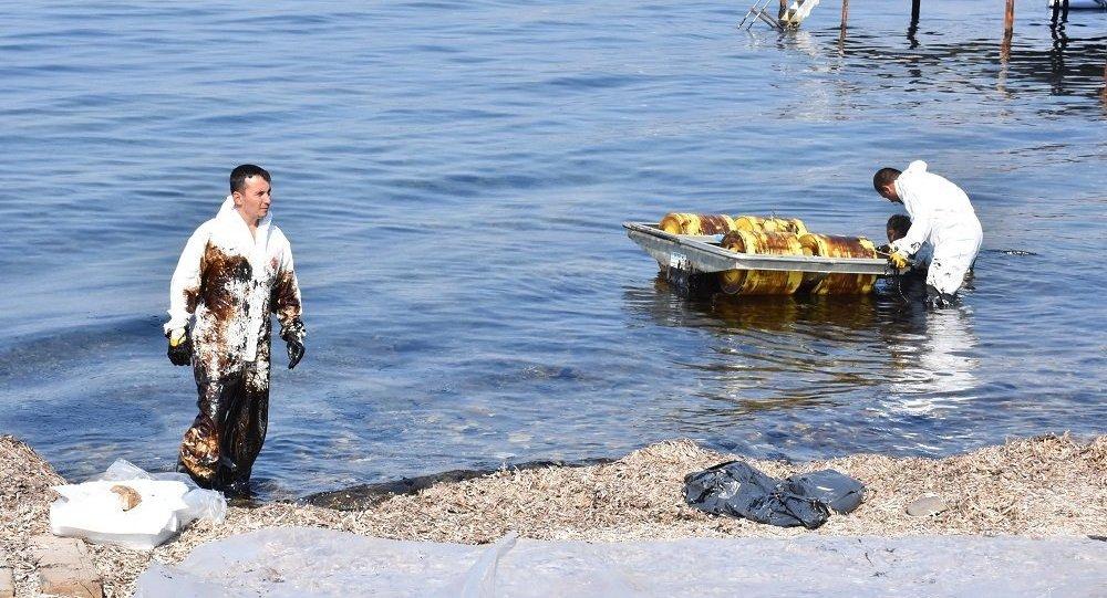 İzmir Aliağa'da ham petrol sızıntısı