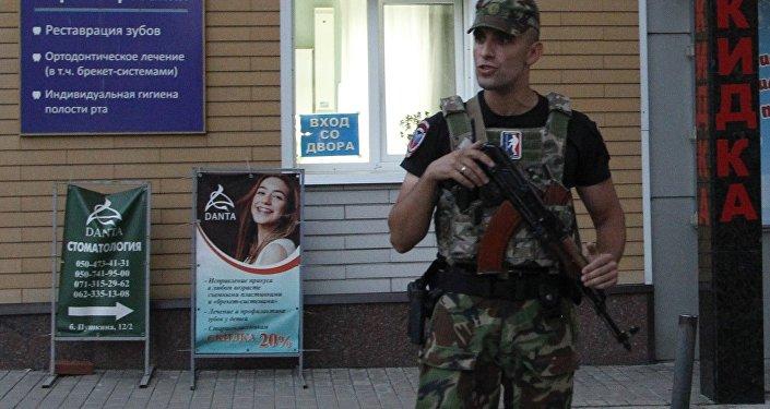 DNR Başkanı Aleksandr Zaharçenko'nun patlama sonucu öldüğü Separ kafe ve çevresindeki binaların etrafı kordona alındı.