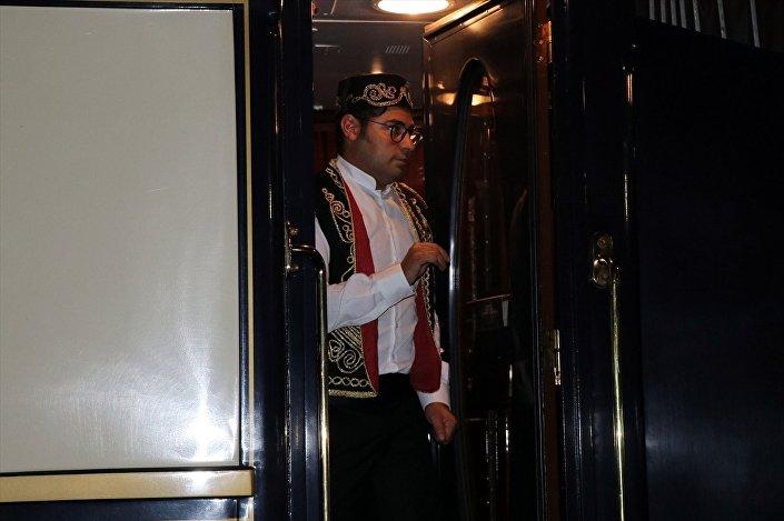 Fransa'nın başkenti Paris'ten yola çıkan Orient Ekspres dünyanın değişik ülkelerinden 100 turistle İstanbul'daki turunu tamamladıktan sonra dönüş için Kapıkule Garı'na geldi.