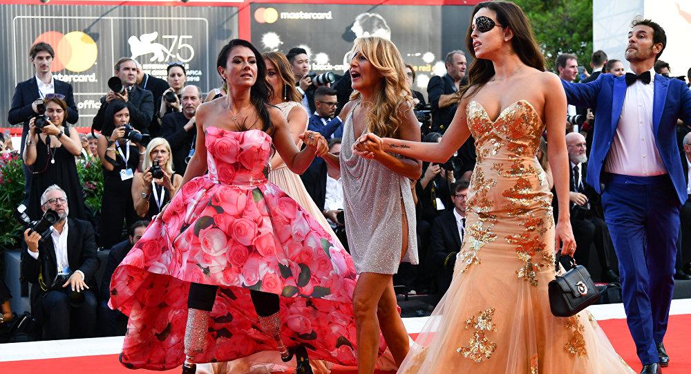 75. Venedik Film Festivali'nin kırmızı halı töreninde soldan sağa paralimpik atlet Giusy Versace, şarkıcı, şarkı yazarı, TV sunucusu Jo Squillo, asit saldırısında gözünü kaybeden model Gessica Notaro