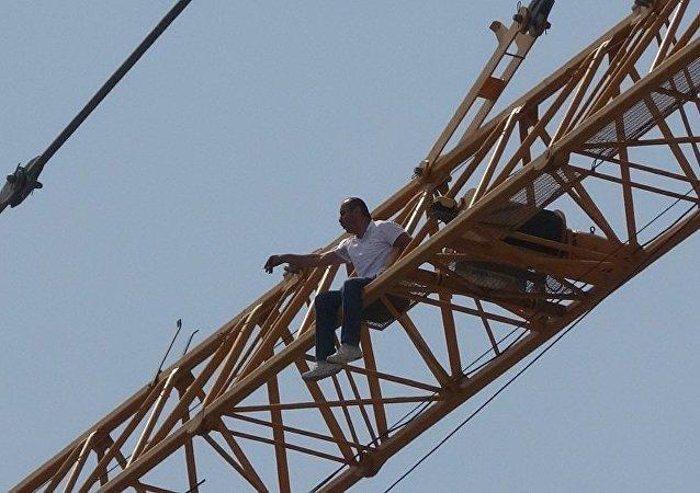 Taksim Cami inşaatında intihar girişimi