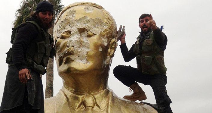 Nusra militanları, 28 Mart 2015'te İdlib'i ele geçirdiğinde ilk iş Hafız Esad heykellerini yıkmıştı.