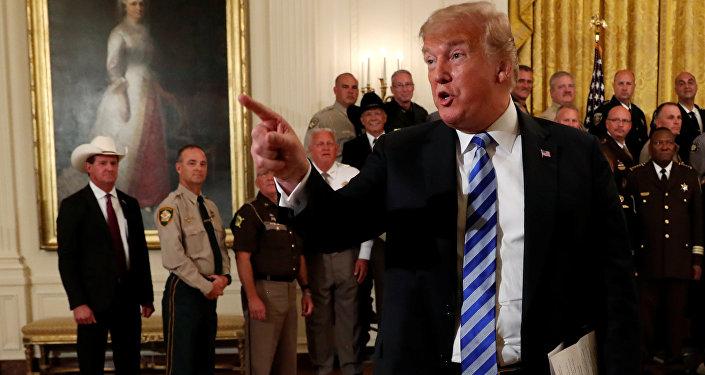 Donald Trump'ın Beyaz Saray'da tüm ülkeden şeriflerle toplantısı