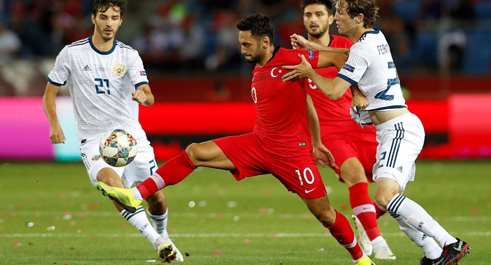 Trabzon'daki Medical Park Arena'da  UEFA Uluslar B Ligi 2. Grup'ta karşı karşıya gelen Türk Milli Takımı'ndan Hakan Çalhanoğlu ve Rus Milli Takımı'ndan Mario Fernandes