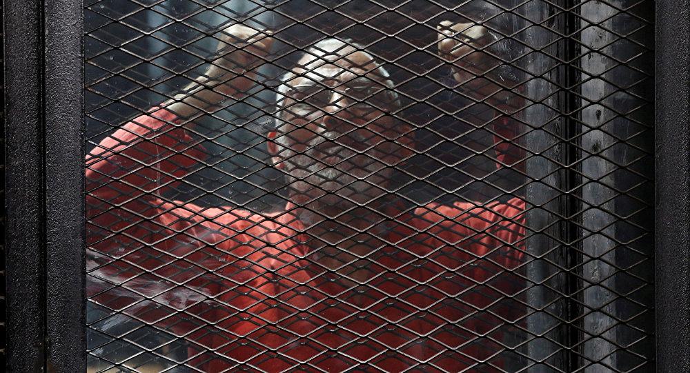 Tora'da kafes arkasından bağıran İhvan Rehberlik Konseyi Başkanı Muhammed Bedii
