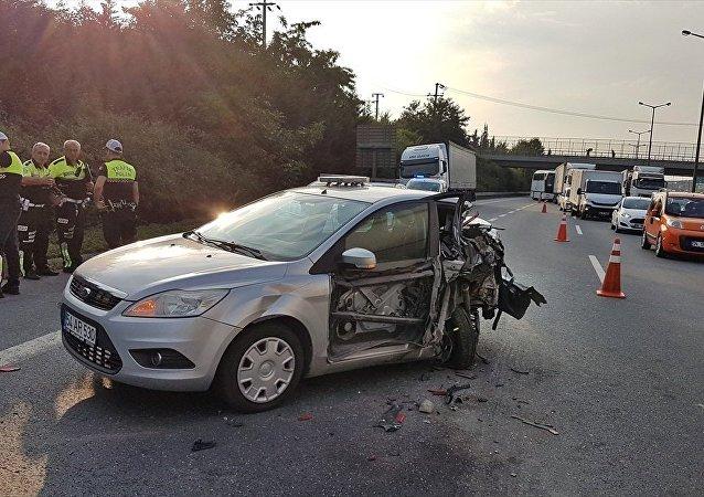 Sakarya'da, Anadolu Otoyolu Sapanca mevkisinde tırın polis aracına çarpması sonucu 2 polis memuru yaralandı.
