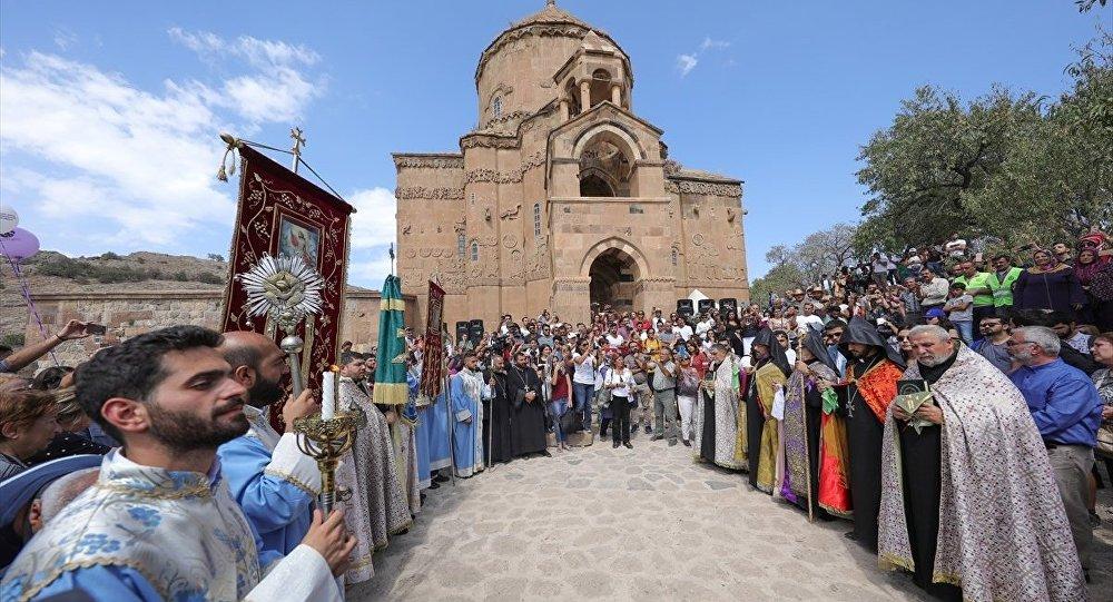 Akdamar'dan Ermenice ilahiler Van Gölü'nde seda buldu