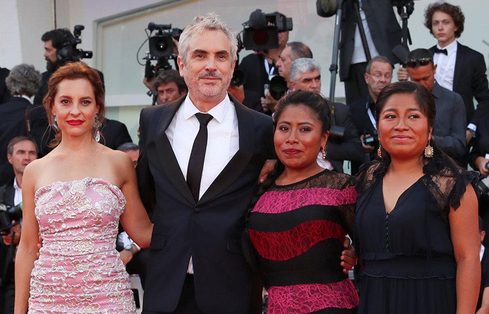 56 yaşındaki Cuaron'un 'en kişisel' ve 'en iyi' fimi olarak nitelendirilen Roma'nın merkezinde 1971 yılında başkent Mexico City'de orta sınıftan bir aile aile için çalışan bir hizmetçinin hikayesi yer alıyor.  İlk kez beyaz perdeye çıkan filmin baş aktrisi Yalitza Aparicio, yönetmene çocukken bakmış olan hizmetçi Cleo'yu canlandırıyor.  Cuaron Cleo karakteri ben çocukken bana bakan dadıdan temellendi. Birlikte bir aileydik. Ancak büyürken sevdiğiniz kişişerin kimlikleriyle ilgilenmiyorsunuz. O nedenle bu filmde  kendime o kadının gözüyle , alt sınıfın bir üyesinin, yerli halka mensup birinin gözünden bakmaya zorladım. Bu daha önce hiç sahip olamdığım bir bakış açısıydı diyor.