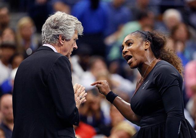 2018 Amerika Açık finalinde Serena Williams, sandalye hakemi Carlos Ramos ile tartışırken