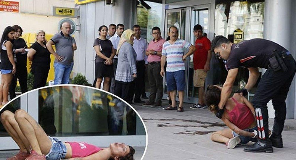 ATM önünde yaşananlar: Kartı sıkışan kadın arkadaşına bıçak çekti, camları tekmeledi, polise tükürdü