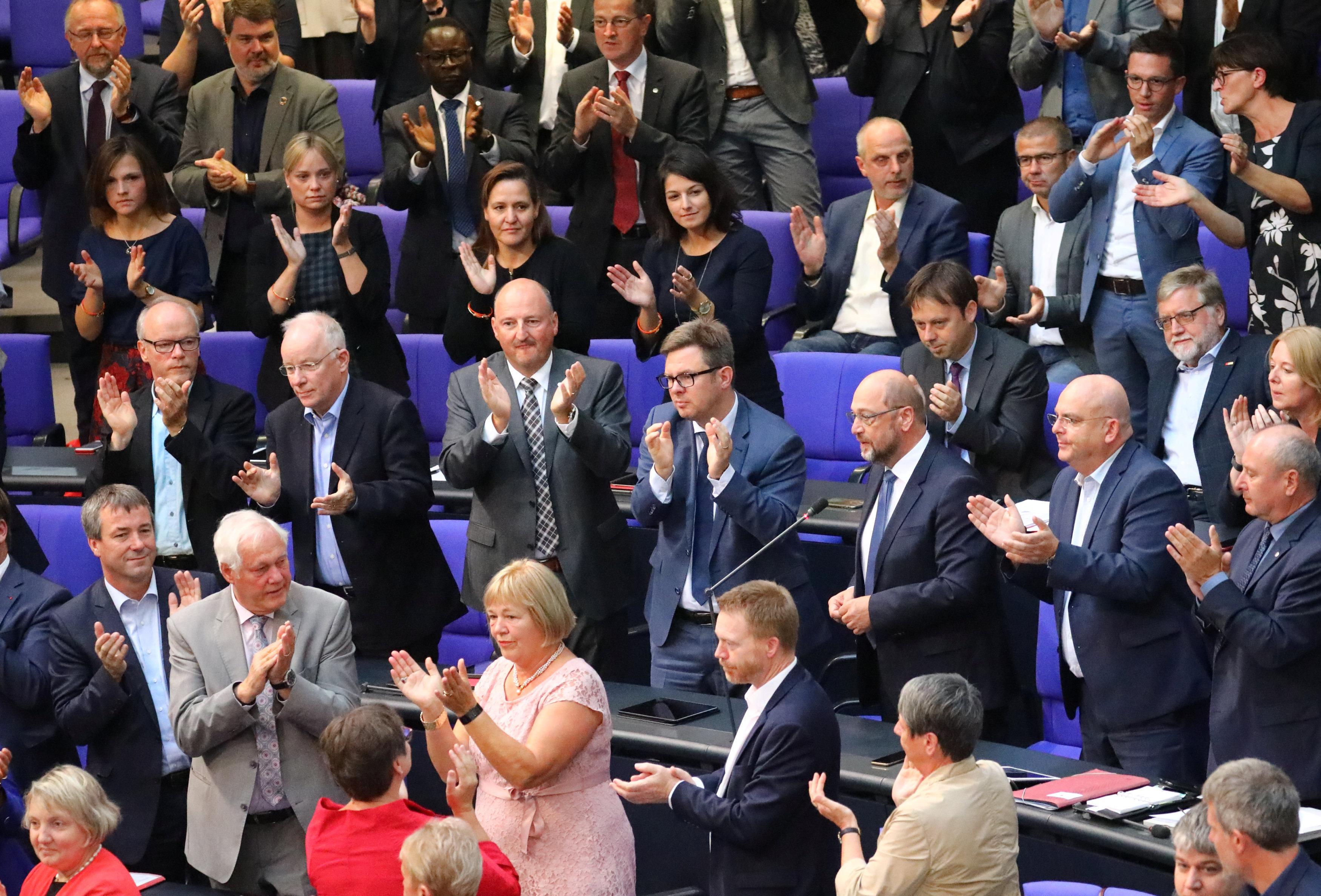 Schulz'un Gauland hakkındaki sözlerini SPD, CDU, Yeşiller, Sol Parti vekilleri ayakta alkışladı.