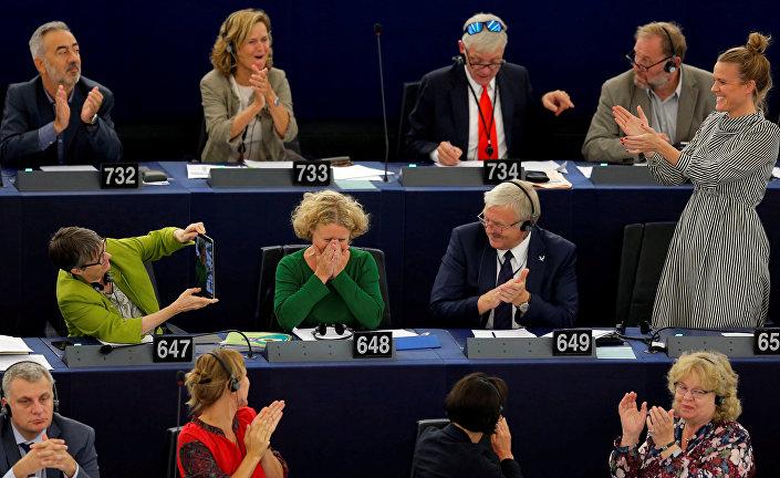 Macaristan ile ilgili raporu hazırlayıp AP'ye sunan Judith Sargentini, raporun kabul edilmesiyle birlikte gözyaşlarına hakim olamadı. Hollandalı raportörü, diğer üyeler ayakta alkışladı.