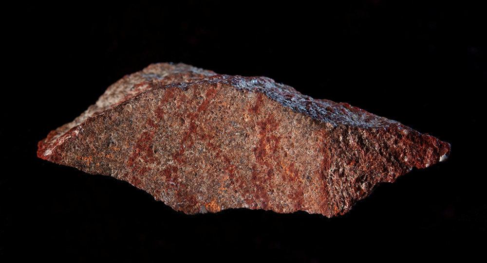 İnsan eliyle yapıldığı açıklanan en eski çizim Güney Afrika'daki Blombos Mağarası'nda keşfedildi