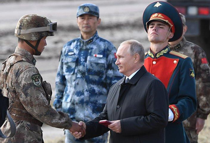 Rusya Devlet Başkanı Putin tatbikata katılan askerleri tebrik etti
