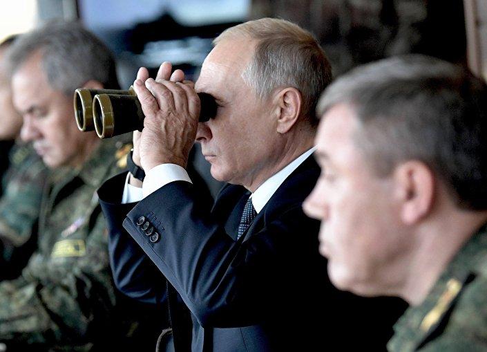 Rusya Devlet Başkanı Vladimir Putin Zabaykalskiy Bölgesi'ndeki Tsugol'da yapılan  Vostok-2108 tatbikatını izlerken