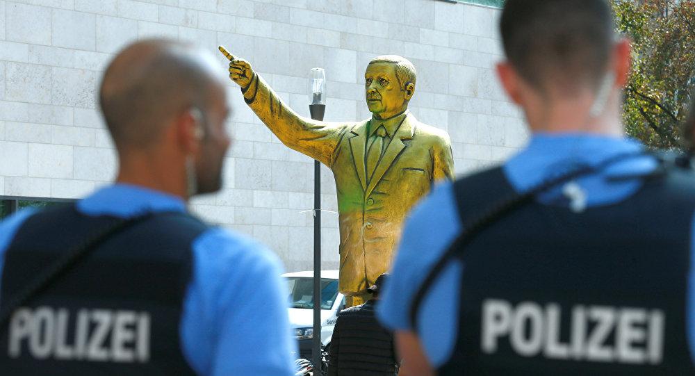 Almanya'nın Wiesbaden kentinde geçen ay bienal için dikilen Erdoğan heykeli güvenlik gerekçesiyle 24 saat içinde kaldırılmıştı.