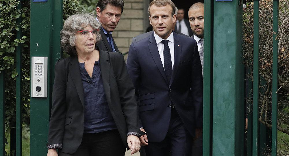 Fransa Cumhurbaşkanı Emmanuel Macron  Cezayir'in bağımsızlığını savunan bir komünist olan ve 1957'de kaybedilen matematikçi Maurice Audin'in kızı Michelle Audin'le birlikte