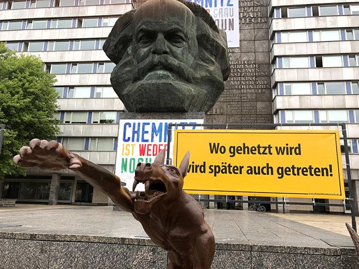 Marx heykeli önündeki kurt heykellerinin etrafına ırkçı-faşist mekanizmanın nasıl işlediğine işaret eden tabelalar da konuldu.
