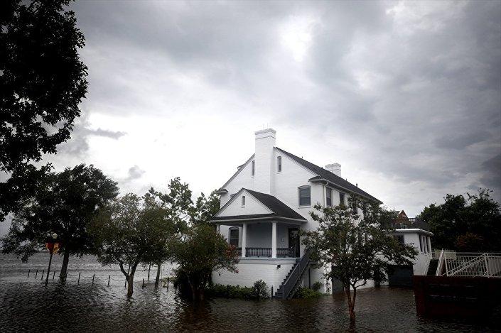 ABD'nin tetikte beklediği, cumartesi günü karaya ulaşacağı tahmin edilen Florence kasırgasının yol açtığı şiddetli yağmur ve rüzgarlar kıyı kesimlerde hissedilmeye başlandı.