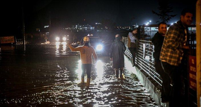Balıkesir'in Bandırma ilçesinde sağanak hayatı olumsuz etkiledi.