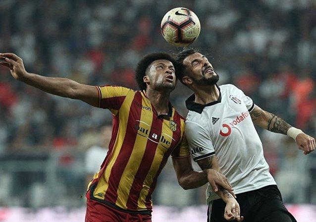 Beşiktaş 10 kişi kaldığı maçı kazandı