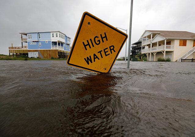ABD'nin Kuzey Carolina eyaletindeki Oakland'da 'yüksek su' uyarısı, Florence kasırgasının neden olduğu sel sularına batmış durumda