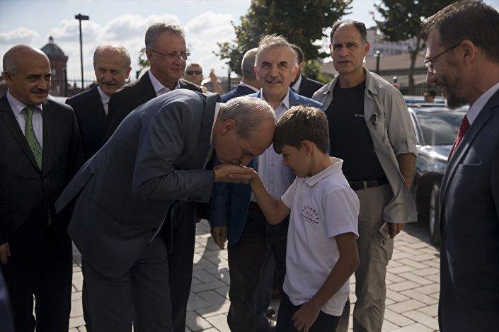 Kurtulmuş, kendisini karşılayan öğrencinin elini öptü.