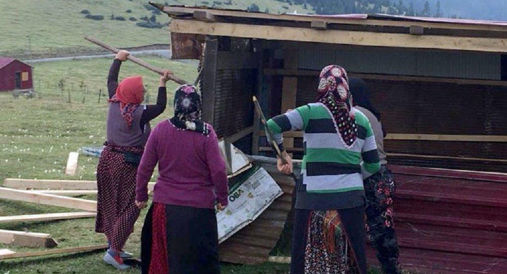 Yaylacı kadınlar, meradaki kaçak yapıyı kazma ve kürekle yıktı