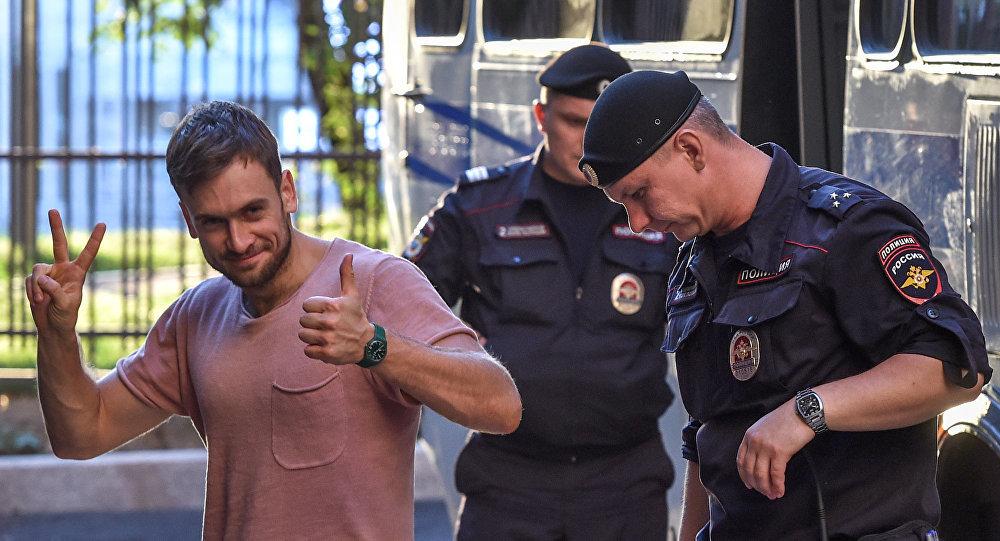 Verzilov, temmuzda Dünya Kupası finalindeki eylemi ve eylülde izinsiz protesto gösterilerine katılımı nedeniyle kısa süreli gözaltına alınmıştı.