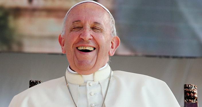 Papa Francis, 15 Eylül'de Palermo'da gençlerle buluşması sırasında neşeli pozlar verdi.