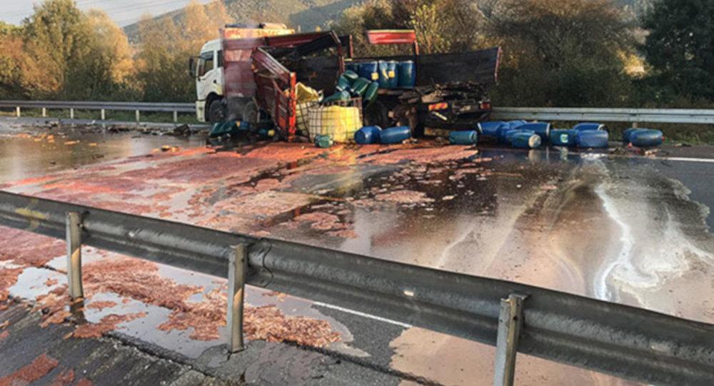 Tır, asit yüklü kamyona çarptı, TEM trafiğe kapandı