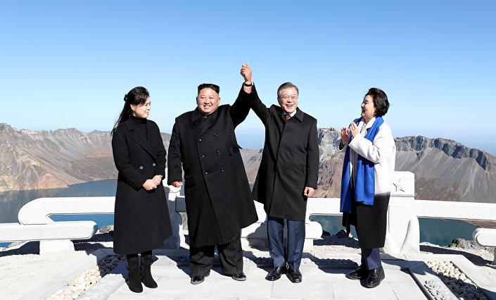 Kim ve Moon, Kuzey Kore'de kutsal kabul edilen Paekdu Dağı'nın zirvesine çıktı ve bir kez daha el ele poz verdi.
