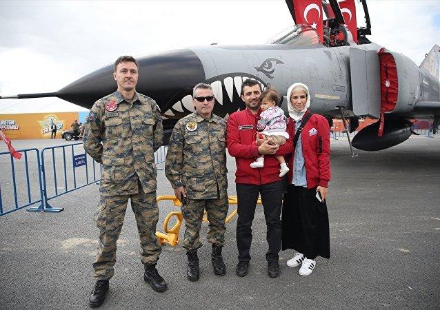 T3 Vakfı Mütevelli Heyeti Başkanı Selçuk Bayraktar ile Sümeyye Erdoğan Bayraktar, TEKNOFEST etkinlik alanını gezdi.