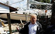 Florence Kasırgası'nın vurduğu Kuzey Carolina'yı ziyaret eden Trump, bahçesine tekne çıkan aileyle dalga geçti.