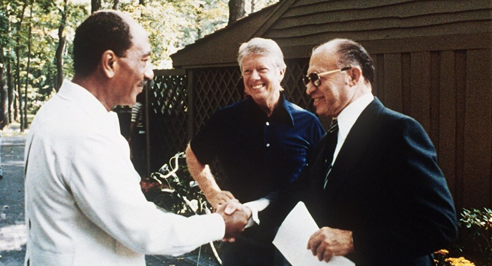Camp David görüşmelerinde Enver Sedat, Jimmy Carter, Menahem Begin