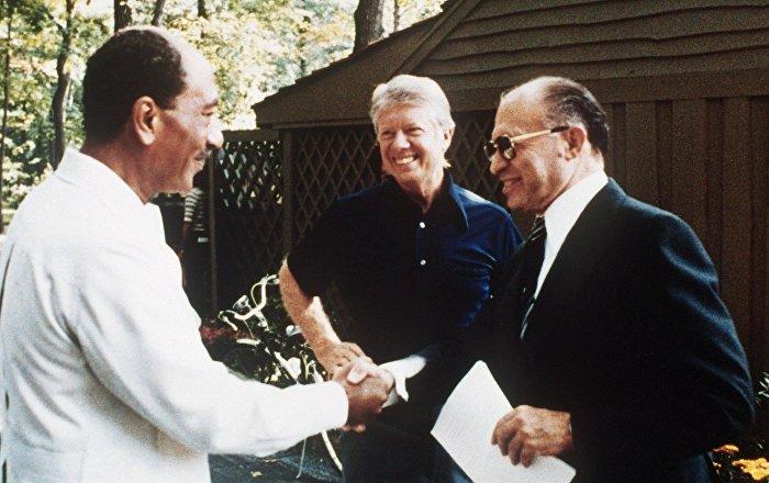 Camp David görüşmelerinde Enver Sedat, Jimmy Carter, Menahem Begin