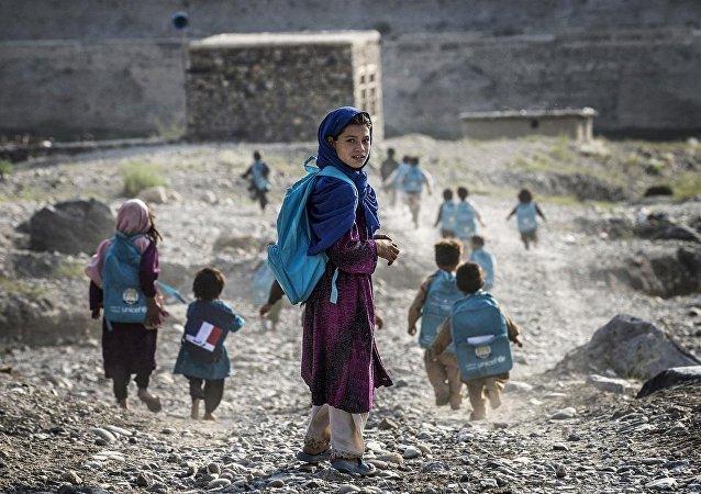 Afganistan'da okula giden çocuklar