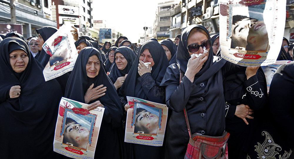 Ahvaz'daki cenaze töreninde Devrim Muhafızları kendi mensuplarının tabutlarını ve fotoğraflarını taşırken gözüyaşlı kadınlar da saldırının 4 yaşındaki kurbanı Muhammad Taha Eghdami'nin fotoğrafını açtı.