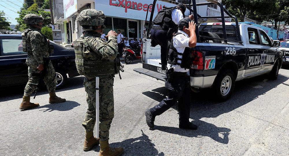 Meksikalı askerler Acapulco polis gücünü silahsızlandırıp gözaltına aldı