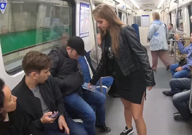 Rus kadından metroda bacaklarını açarak oturan erkeklere protesto: Üzerlerine çamaşır suyu döktü