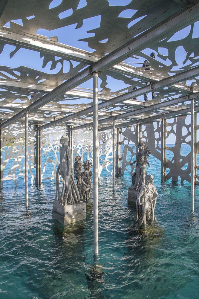 Maldivler'de  yıkılan sanat eseri