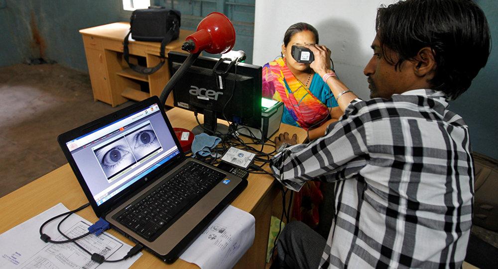 Hindistan'ın Ahmedabad kentinde kimlik bilgileri için göz taramasından geçirilen bir kadın