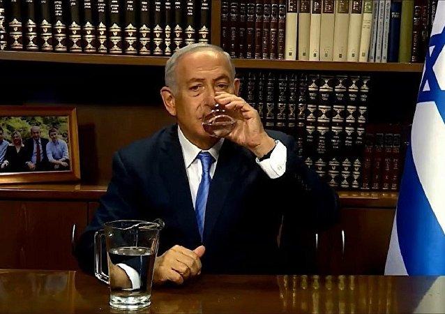 İran'daki kuraklık sorununa el atan Netanyahu sürahi ve bardağa sarıldı.